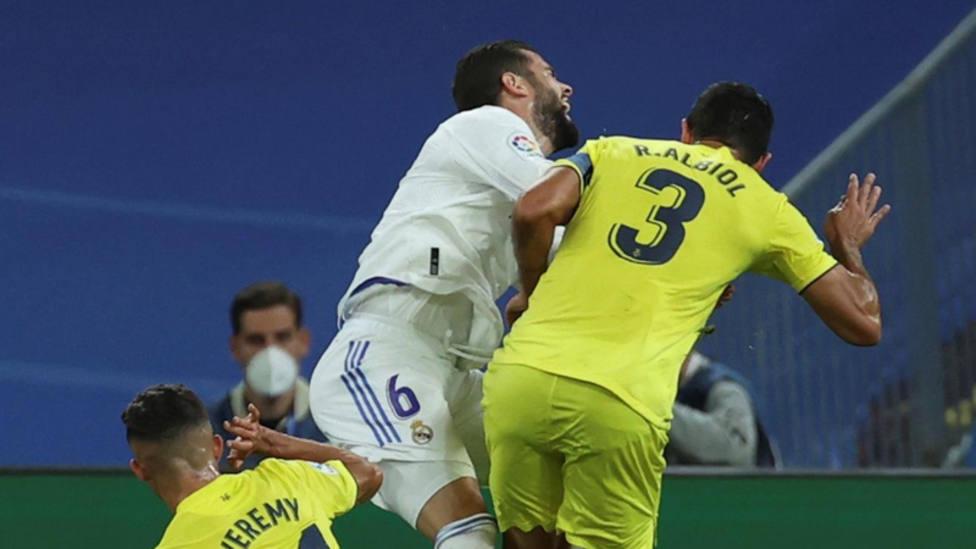 Albiol carga contra Nacho en una jugada de la primera parte entre el Real Madrid y el Villarreal. EFE