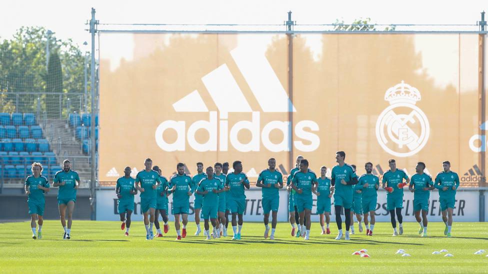 Entrenamiento del Real Madrid, con Kroos con el grupo (@realmadrid)