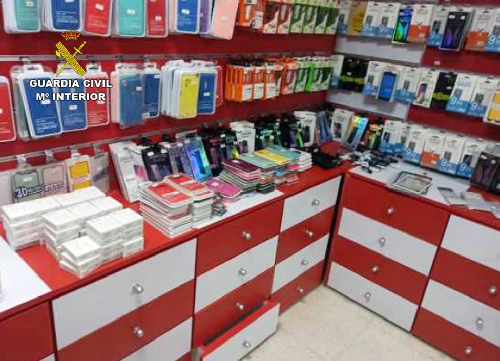 La Guardia Civil se incauta de más de 300 accesorios para teléfonos móviles falsificados en un comercio