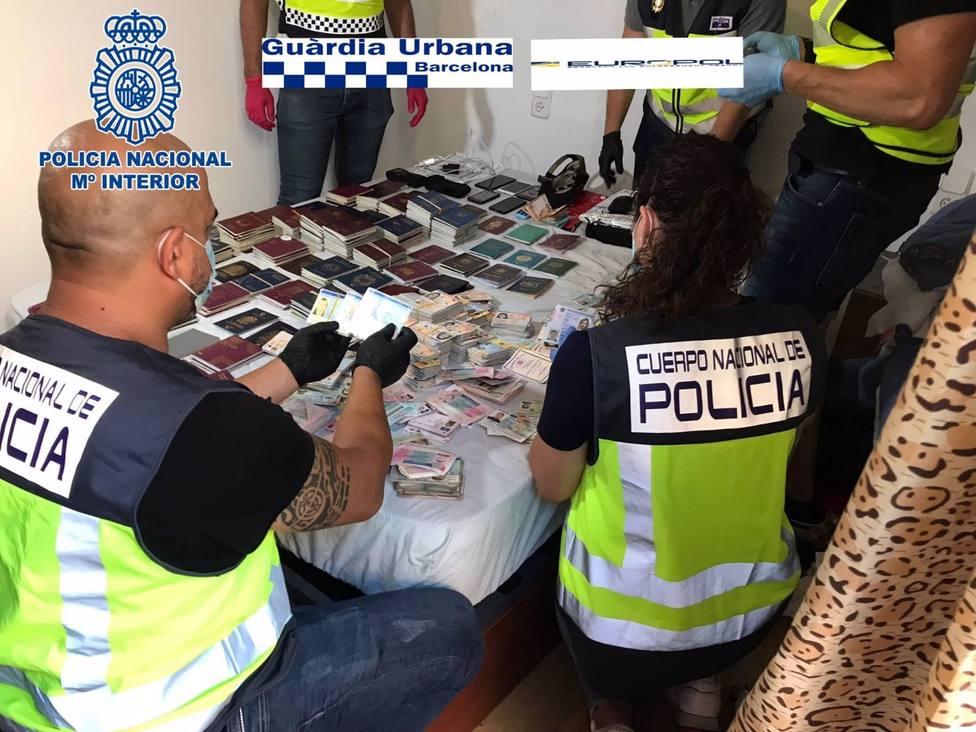 Imagen de los agentes con los documentos de identidad