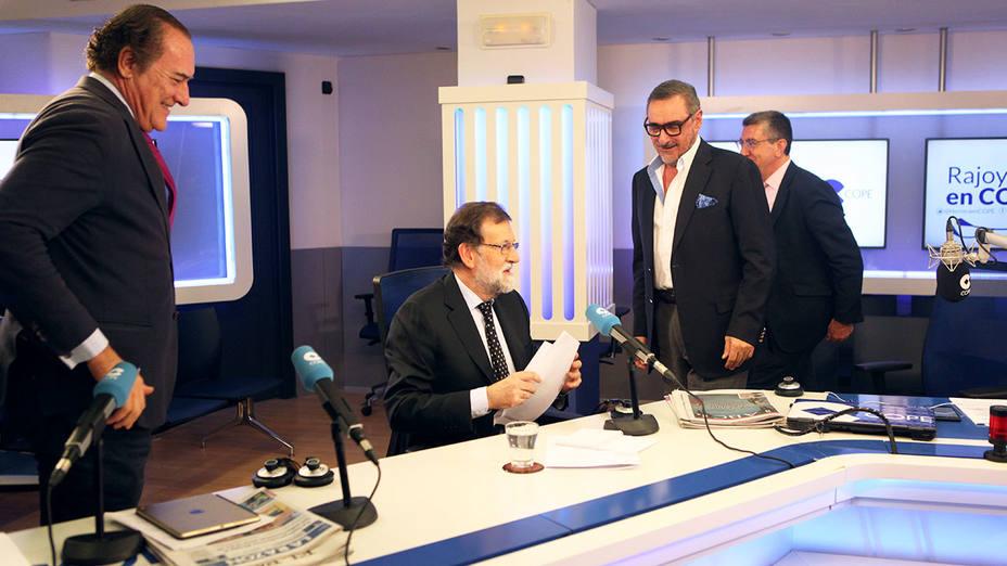 Antonio Jiménez (director de El Cascabel) Mariano Rajoy, Carlos Herrera, Antonio San José (periodista) y Bieito Rubido (director de ABC) durante la entrevista en el estudio Antonio Herrero