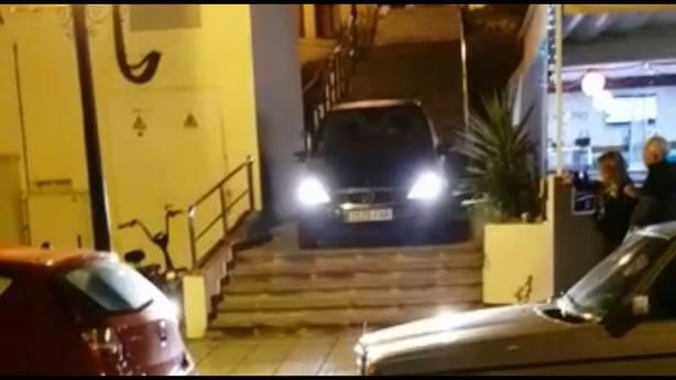 Baja su coche por las escaleras para evitar un atasco en Gran Canaria