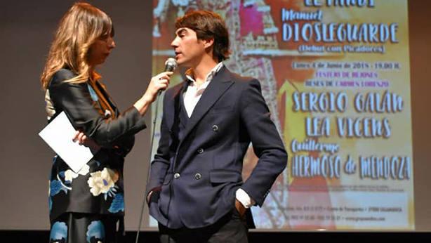 La periodista Mónica Alaejos junto al diestro Domingo López Chaves durante la presentación de carteles de Ledesma.