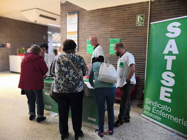 El Sindicato de Enfermería, SATSE, ha iniciado hoy en Albacete la campaña de recogida de firmas