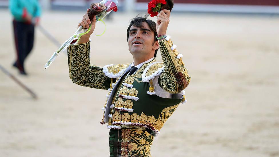 Miguel Ángel Perera con las dos orejas cortadas este miércoles en Las Ventas