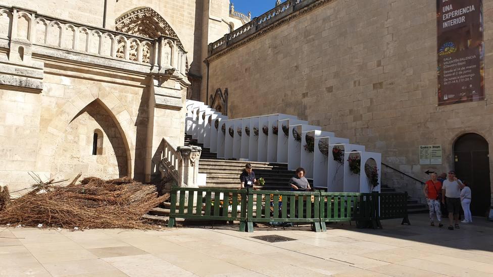 Profesionales trabajando ayer en la escalera del Sarmental