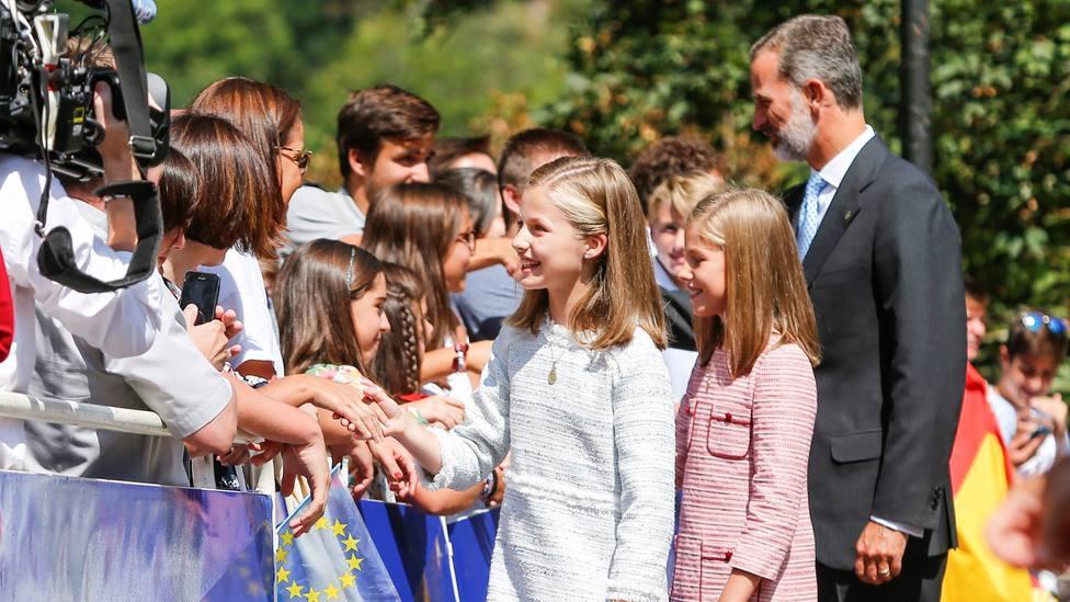 El Rey Felipe VI, la Princesa Leonor y la Infanta Sofía saludan a los asistentes al acto por el XII centenario del Reino de Asturias