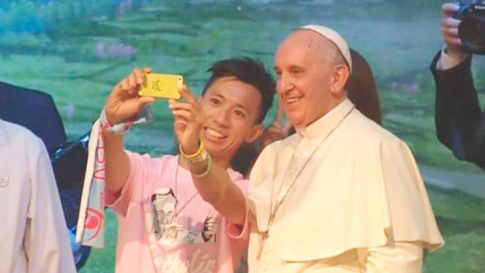 Juan Pang se hace un selfie con el Papa Francisco en el encuentro del pontífice con jóvenes en Corea