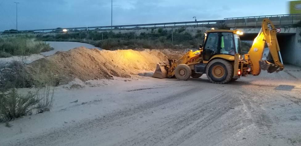 Los servicios de Limpieza retiran ocho toneladas de barro de las zonas afectadas de Alicante