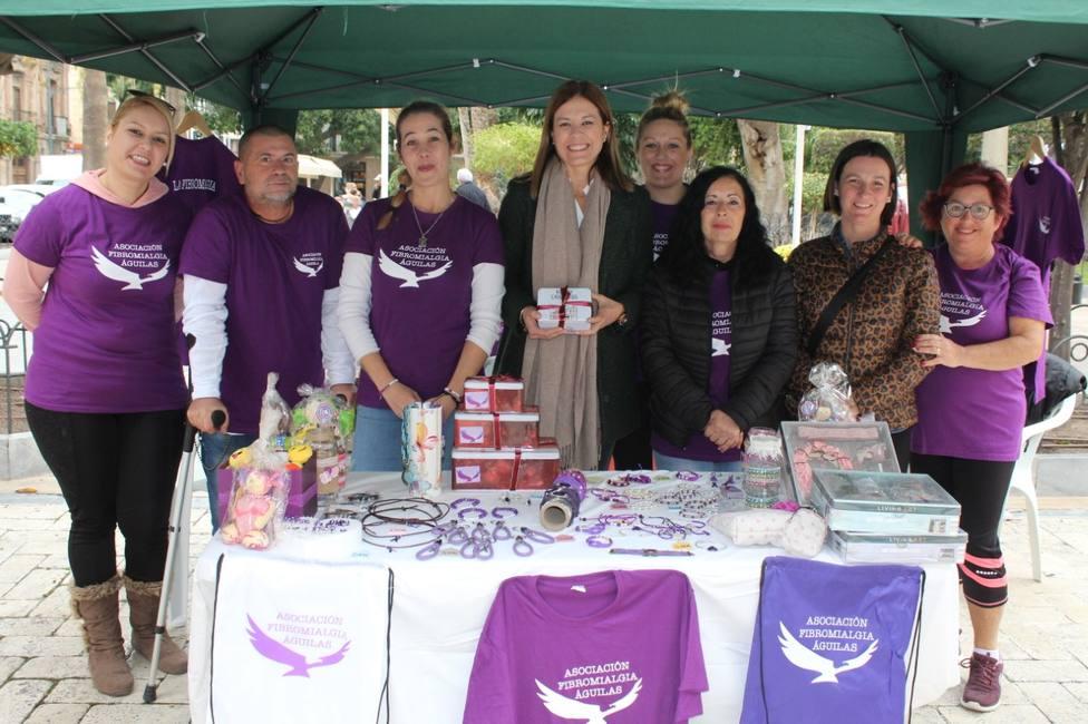 La asociación Fibromialgia Águilas instala un stand informativo en la plaza de España