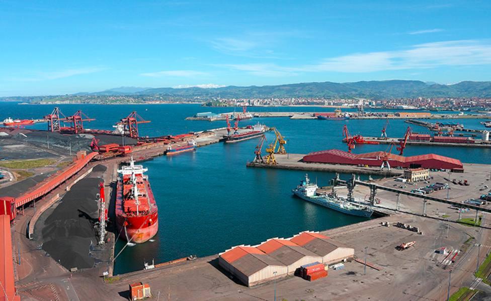 Un tren arrolla a un camión en el puerto de Gijón