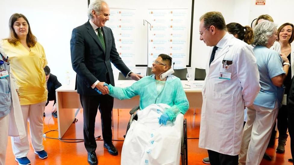 Ruiz Escudero saluda al paciente que ha recibido el trasplante