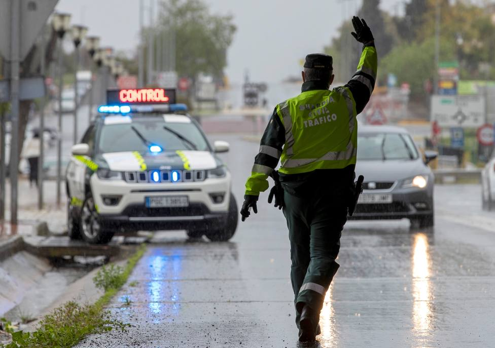 Foto de archivo de un control de la Guardia Civil de Tráfico - FOTO: Efe / Julio Múñoz