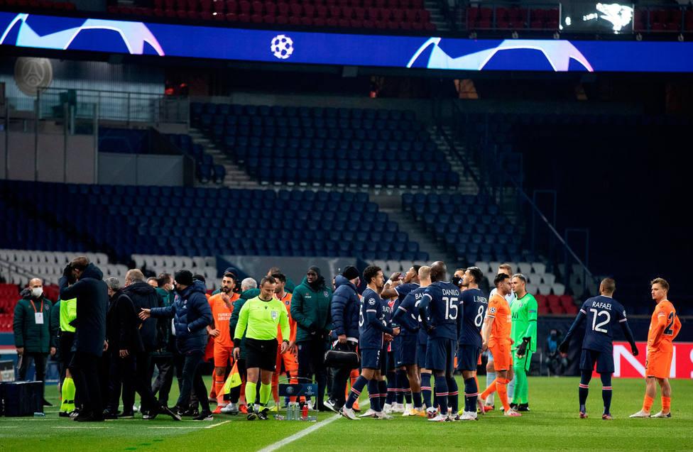 Un supuesto insulto de negro del cuarto árbitro a Webó acabó con la suspensión del PSG-Basaksehir (EFE)