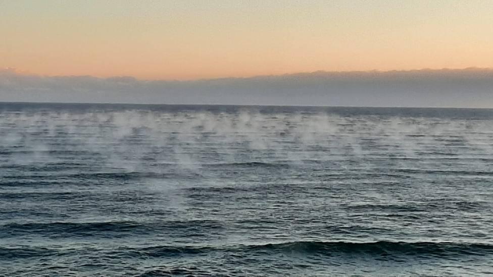 Vapor de agua emana del Mar Cantábrico en Barreiros