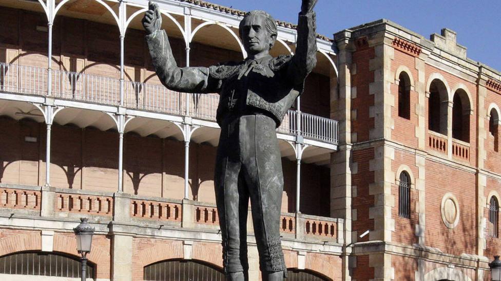 Estatua de Julio Robles situada en la explanada del coso de La Glorieta de Salamanca