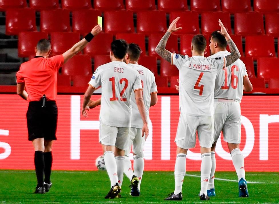 La selección española protesta por el penalti pitado en contra (EFE)
