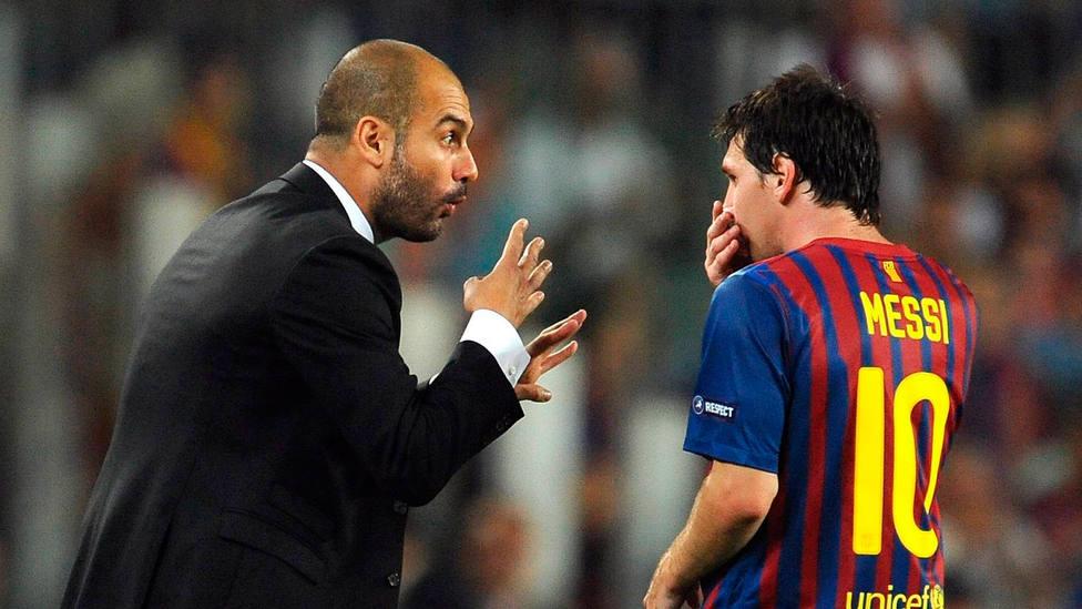 Pep Guardiola da órdenes a Leo Messi durante un partido en su último año como entrenador del Barcelona