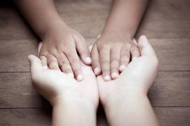 ctv-rrz-madre-hija-manos