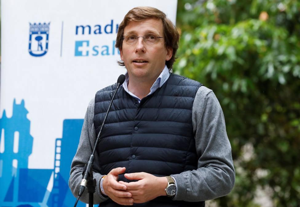 Martínez Almeida visita punto de vacunación para trabajadores municipales