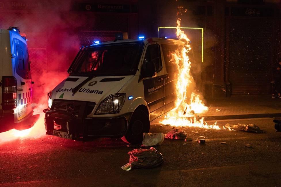 Una furgoneta quemada durante la manifestación de apoyo a Hasel - Lorena Sopena - Europa Press