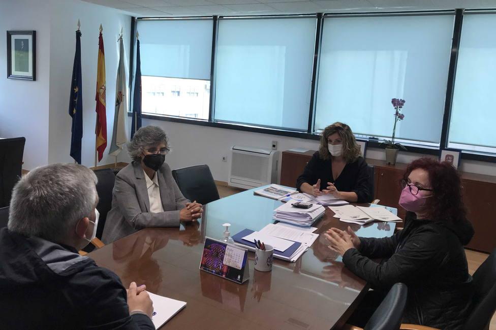 Reunión de Marián Ferreiro con miembros de ASPANAES. FOTO: concello de Narón