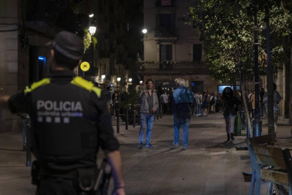 Agentes de la Guardia Urbana de Barcelona, frente a jóvenes en ambiente festivo, a 22 de mayo de 2021