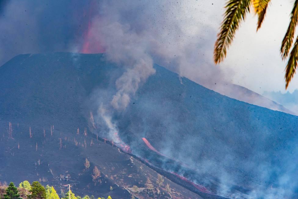 La mayor explosividad del volcán y una nueva boca fuerza más evacuaciones en La Palma