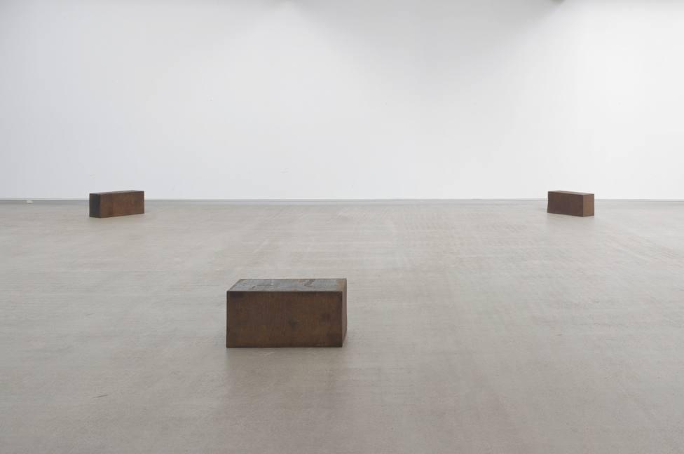 Three Unequal Elevations (1975), de Richard Serra (San Francisco, Estados Unidos, 1939).