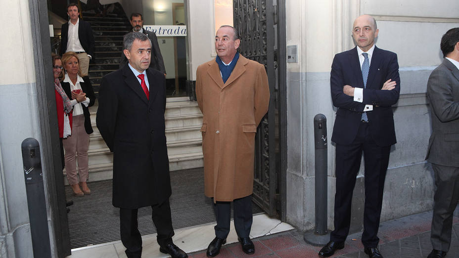 Fernando Giménez Barriocanal, Rafael Pérez del Puerto y Julián Velasco esperan al presidente del Gobierno