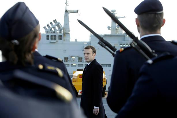 Emmanuel Macron pasando revista a las tropas. REUTERS