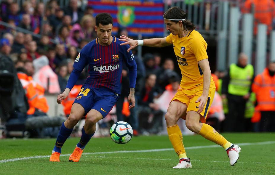 Coutinho y Filipe Luis disputan un balón (Reuters)