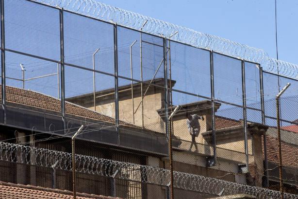 Un preso en el tejado de la cárcel Modelo de Barcelona