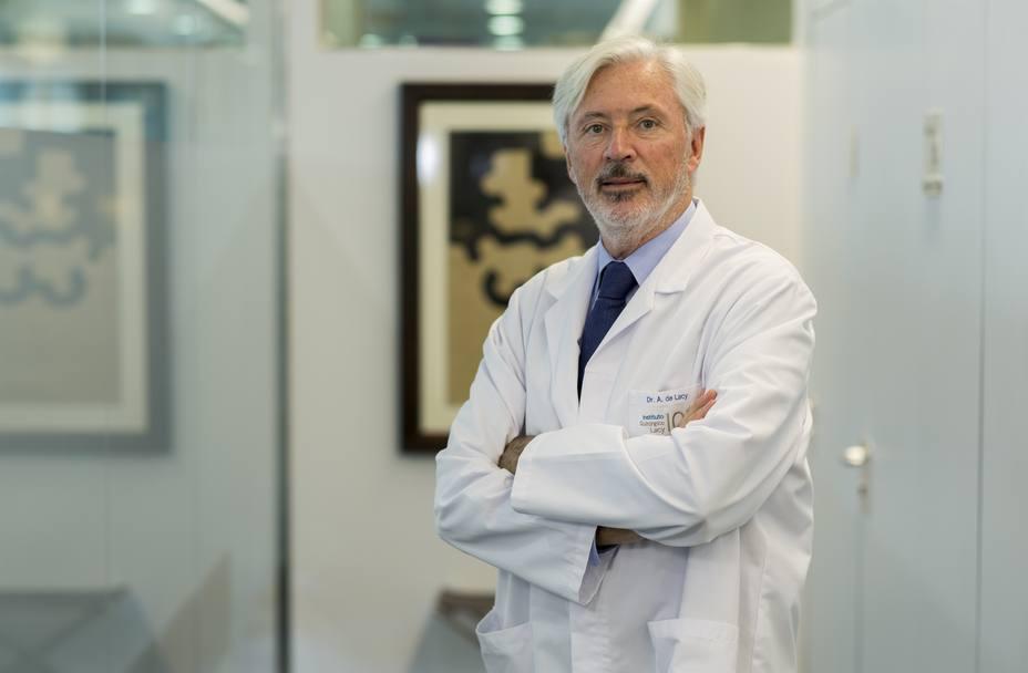 El doctor Antonio De Lacy usa por primera vez una técnica que mejora el postoperatorio en cirugía de esófago y estómago