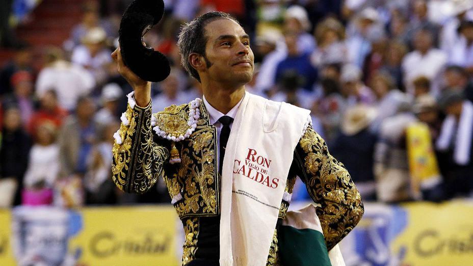 Luis Bolívar en su salida a hombros este jueves en la plaza de toros de Manizales