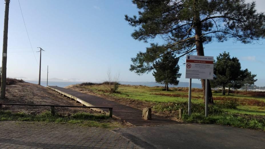 Pasarela peatonal de acceso a la playa de Seselle practicamente finalizada