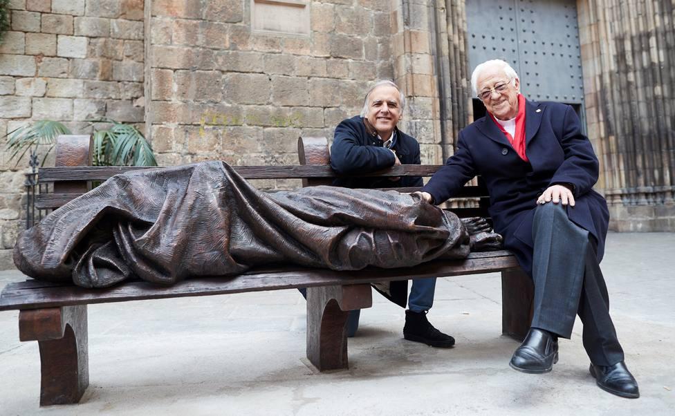 Una escultura que representa a Jesús como una persona sin hogar inaugurada en la Pl Sta Ana de Barcelona