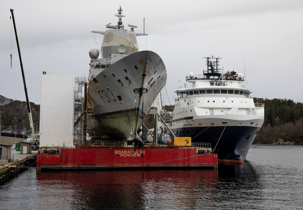 La fragata noruega ya sobre la plataforma de transporte - FOTO: Forsvaret / Bendik Skogli