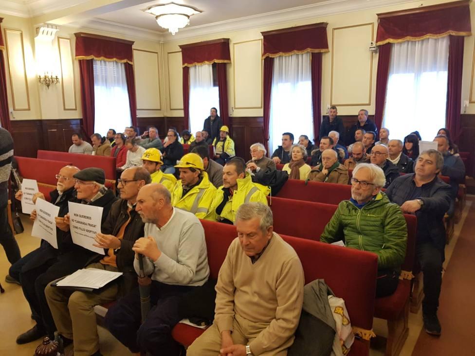 Salón de plenos de Ferrol con varios trabajadores del sector naval