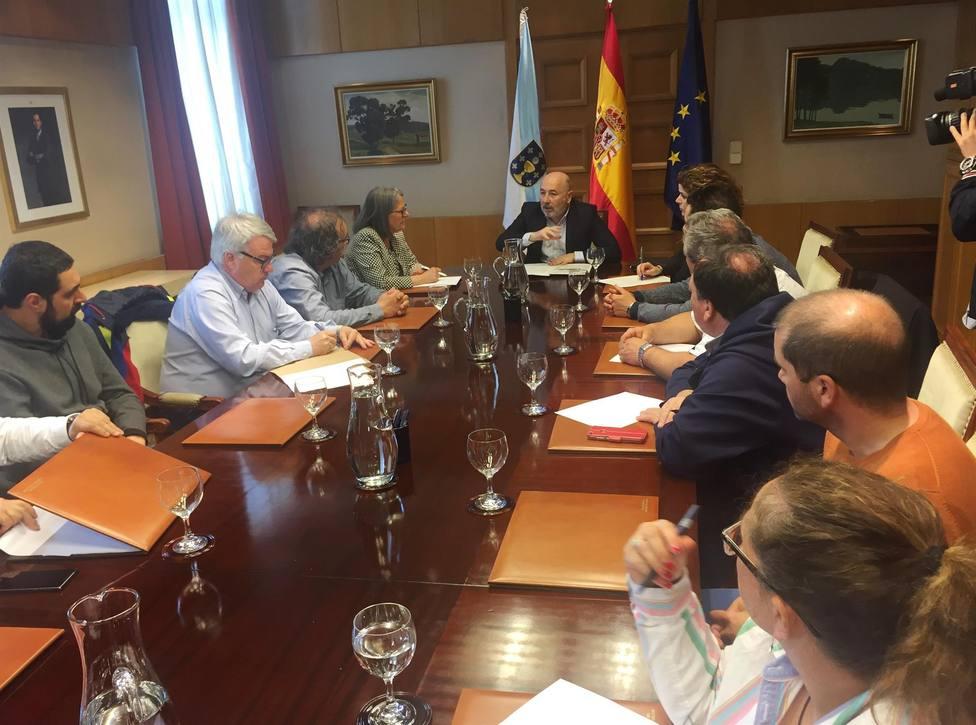 El delegado del Gobierno, Javier Losada, con representantes sindicales - FOTO: Delegación del Gobierno