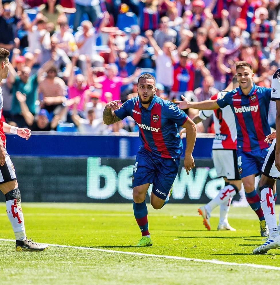 Vezo celebra un gol con el Levante UD