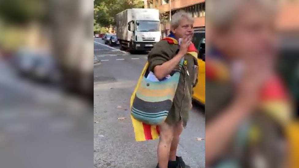 La curiosa escena de un independentista con los pantalones bajados en la Diada que se ha hecho viral
