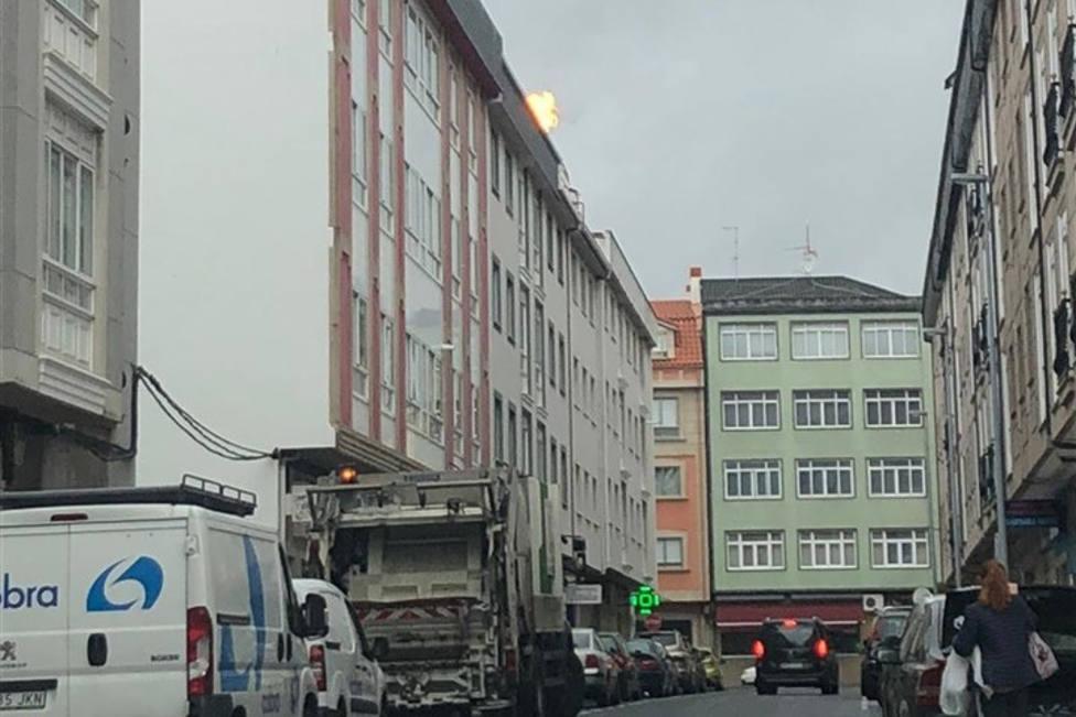 El fuego se podía ver desde la calle y causó una cierta alarma - FOTO: Tráfico Ferrolterra