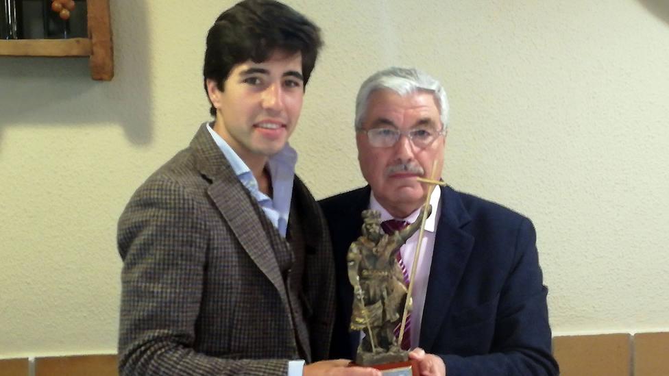 Álvaro Lorenzo recogiendo el premio que le proclama triunfador de la Feria de Begoña de Gijón