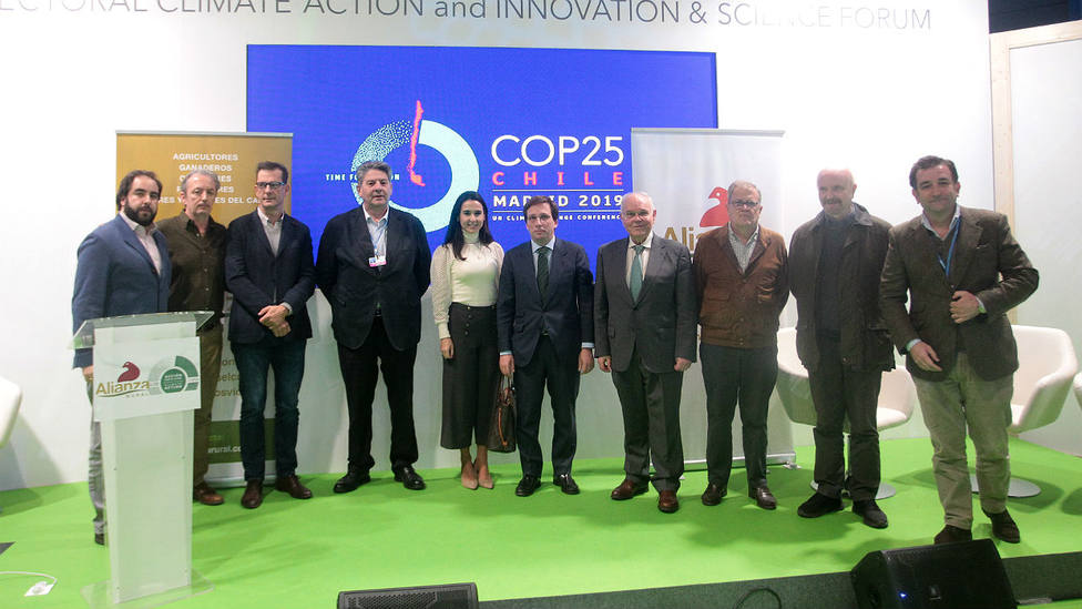 Los miembros de la Alianza Rural junto al alcalde de Madrid en la COP25