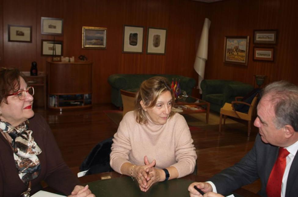 La nueva presidenta de la Asociación contra el Cáncer se presenta oficialmente al delegado de la Junta