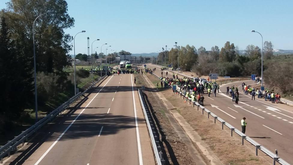 La autovía A-5 a la salida de Badajoz permanece cortada al tráfico en ambos sentidos por los agricultores