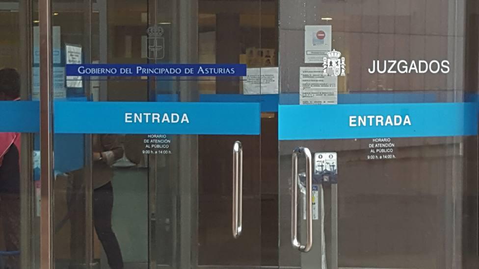 A juicio por espiar a menores con un móvil en un vestuario en Oviedo