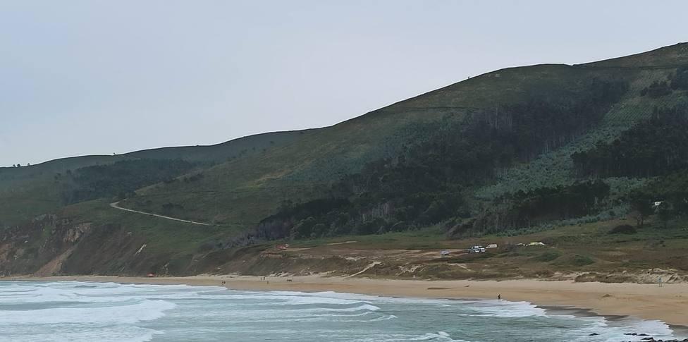 Foto general de la playa de Ponzos con los equipos de emergencia - FOTO: Vicente A. F.