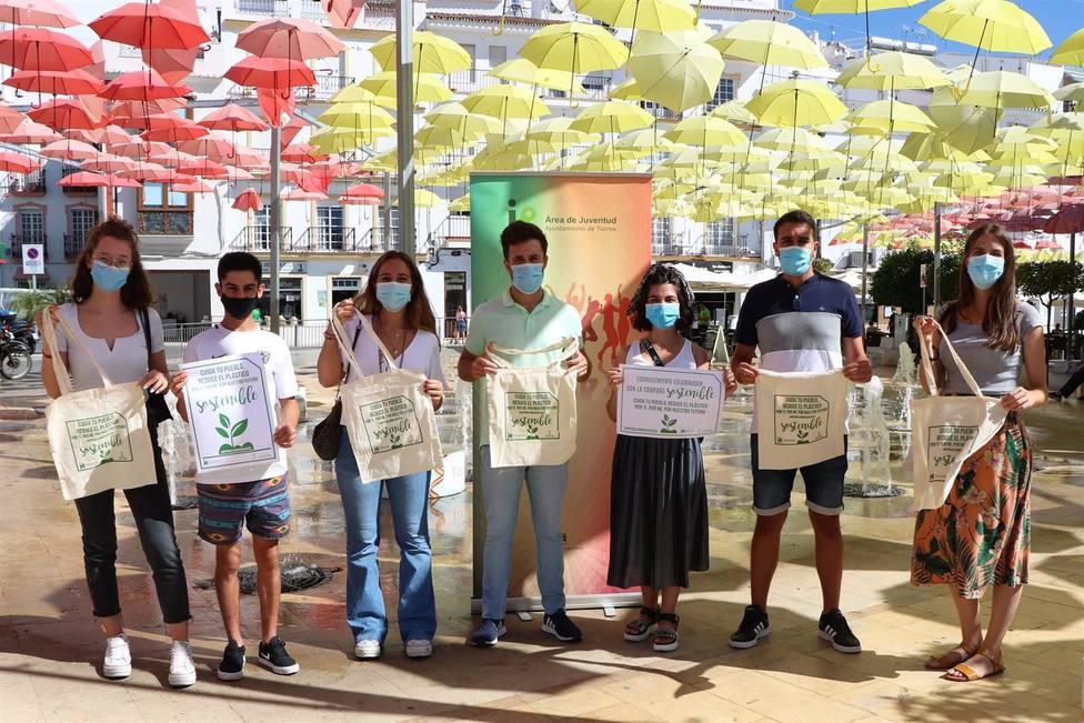 Málaga.- Jóvenes de Torrox reparten bolsas de tela reclicada para fomentar su uso en los comercios locales